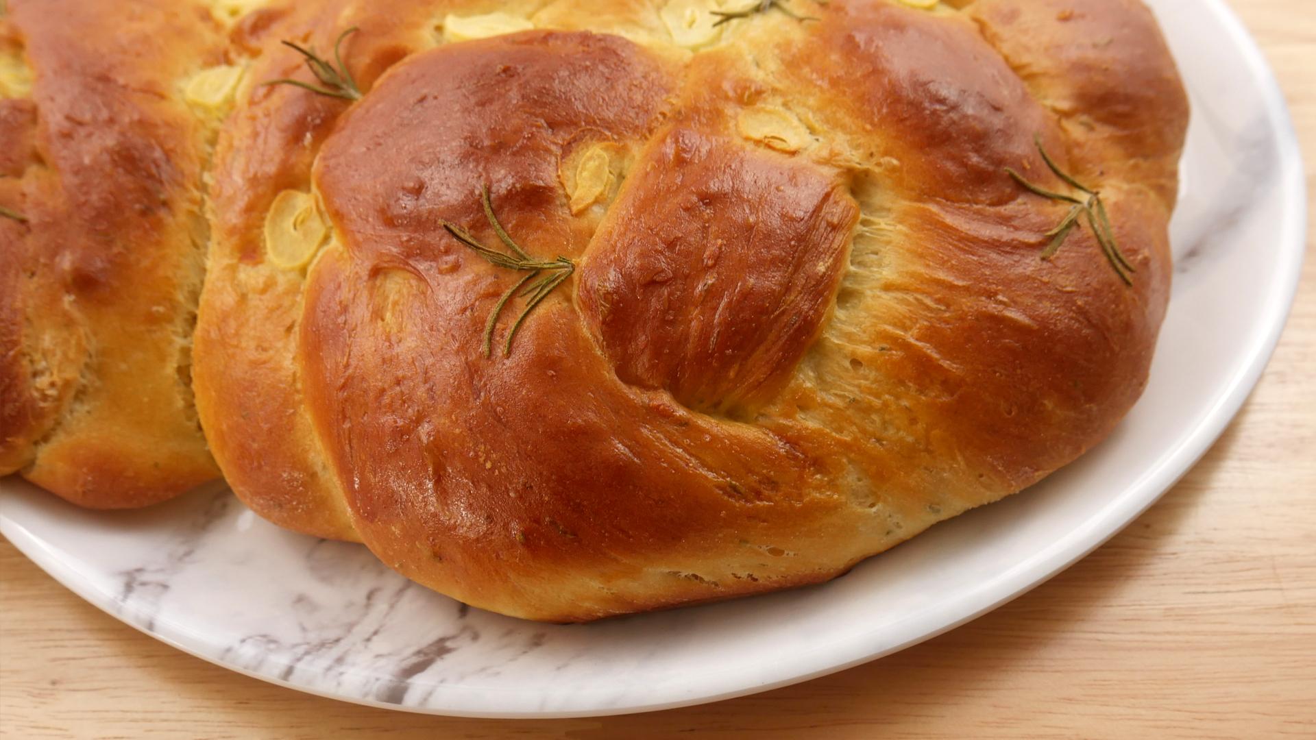 Pão Challah de Alecrim com Alho