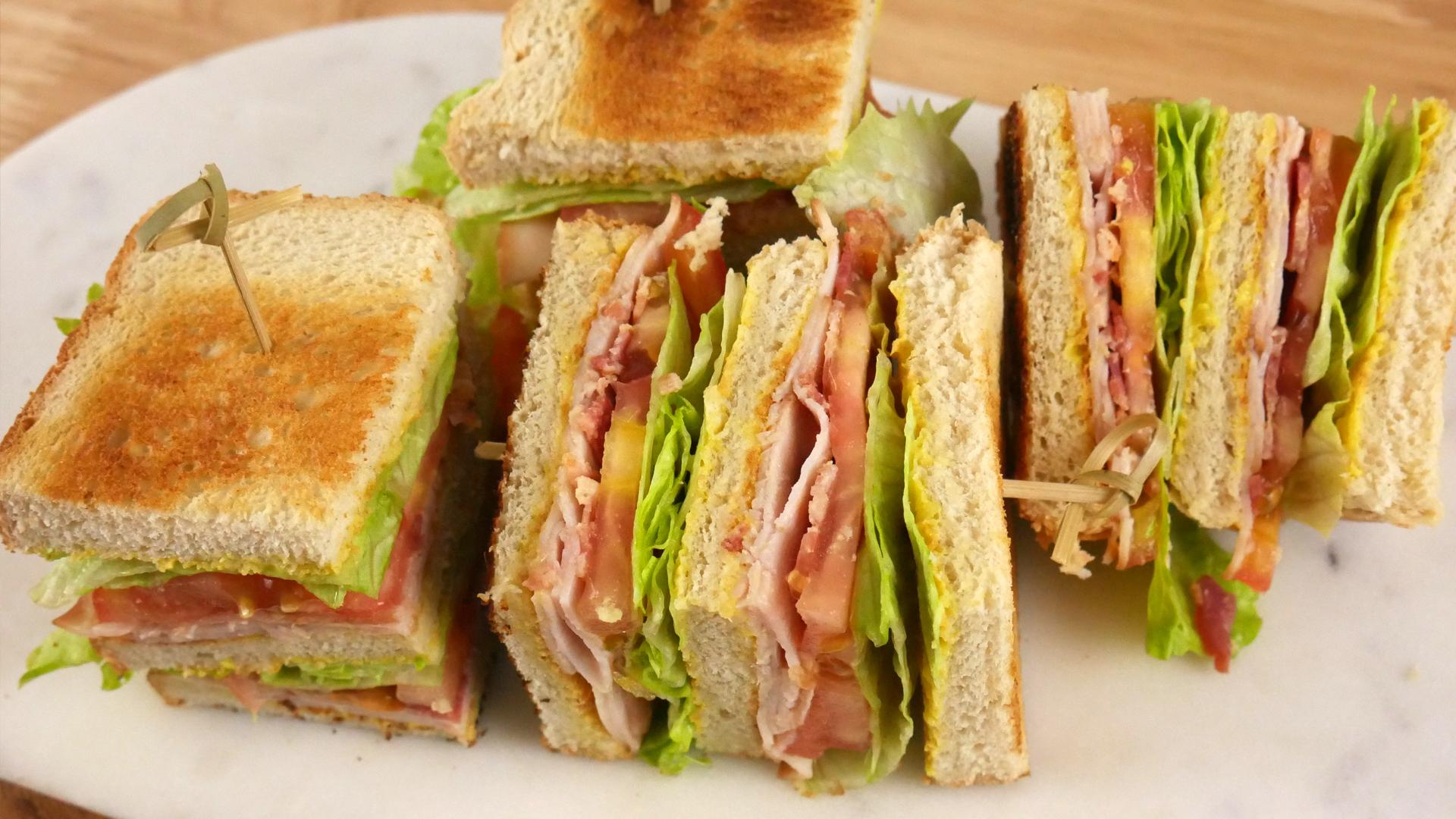 Sanduíche de Peito de Peru e Bacon (Turkey Club Sandwich)