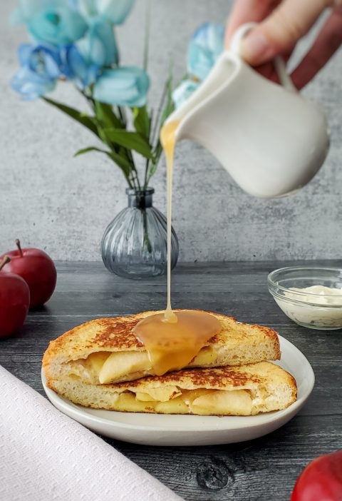 French Toast Recheada com Maçã e Cream Cheese