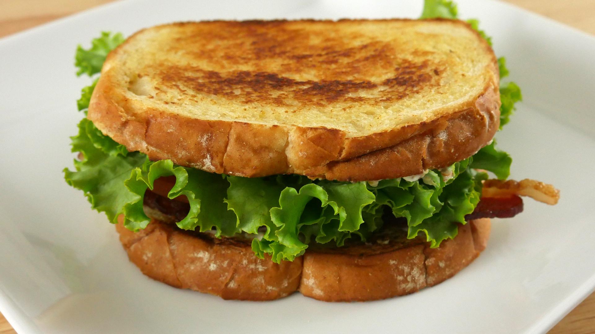 Sanduíche de Bacon com Alface e Tomate (BLT)